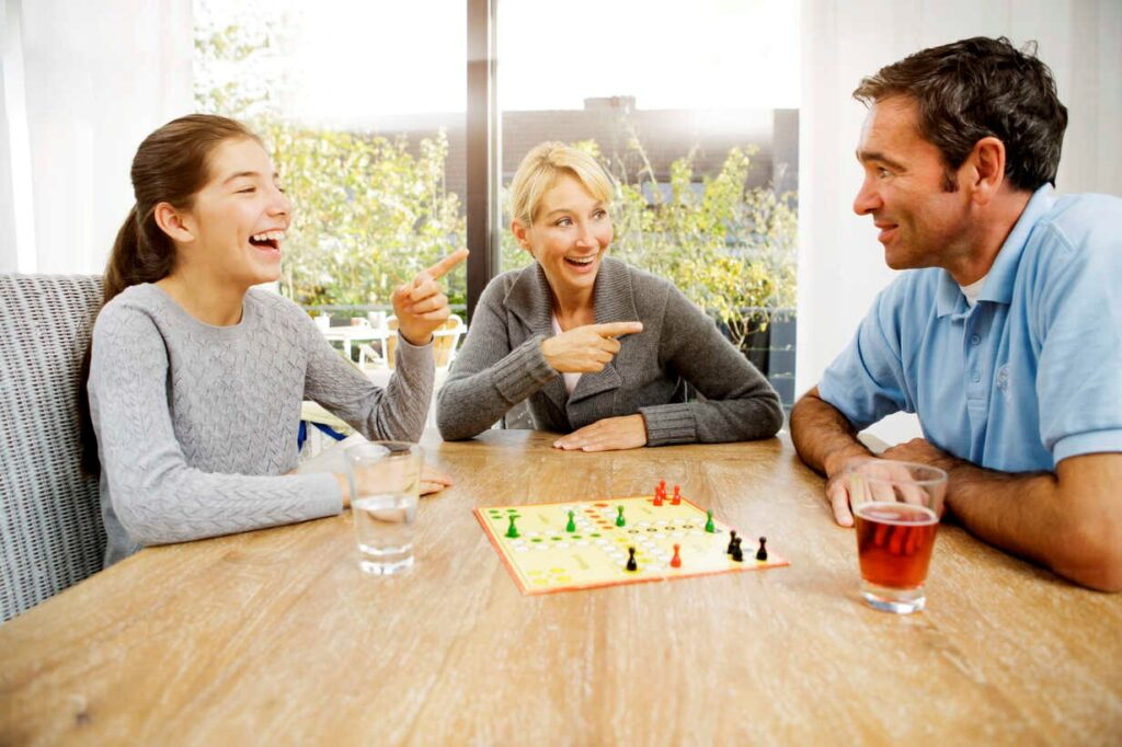Family playing ludo at home - GD000597 - Gabi Dilly/Westend61